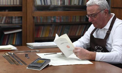 Rodolfo Campi controlla la stampa di Poesie a Casarsa
